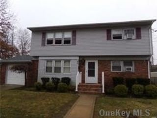 2 BR,  1.00 BTH  Apt in house style home in Hicksville