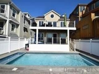 5 BR,  3.00 BTH Contemporary style home in Long Beach