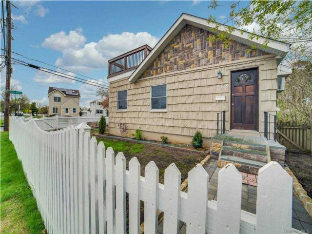 3 BR,  2.00 BTH Ranch style home in North Bellmore