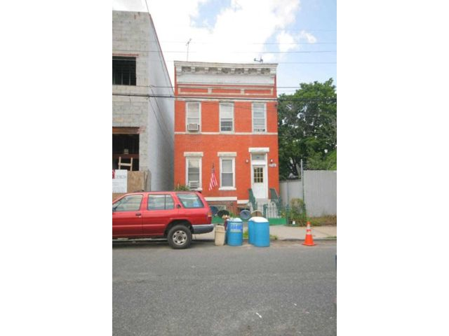 4 BR,  5.00 BTH Colonial style home in Astoria