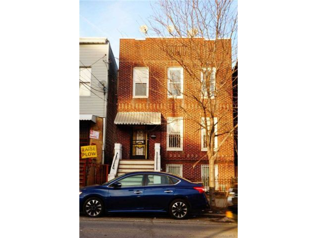 4 BR,  3.00 BTH  Colonial style home in Long Island City