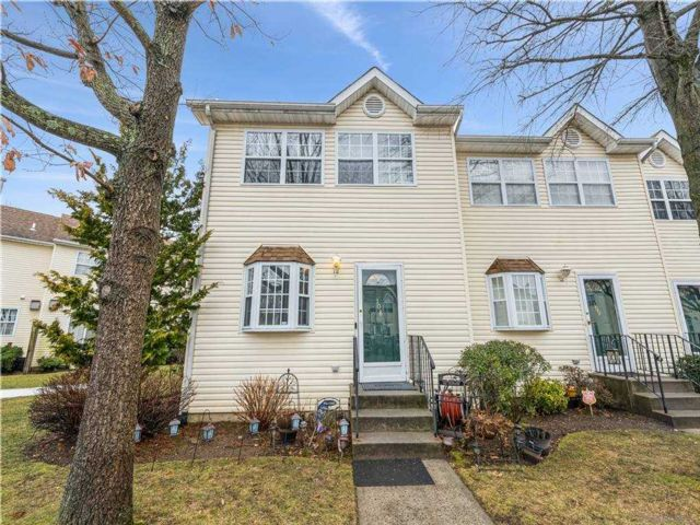 2 BR,  2.00 BTH Townhouse style home in Uniondale