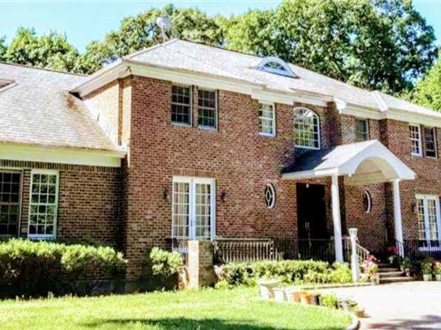 7 BR,  7.00 BTH Colonial style home in Muttontown