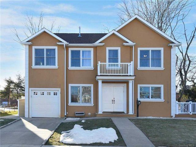 6 BR,  5.00 BTH Split level style home in Syosset