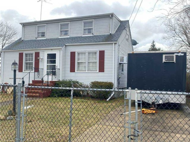 3 BR,  1.00 BTH Exp cape style home in Copiague