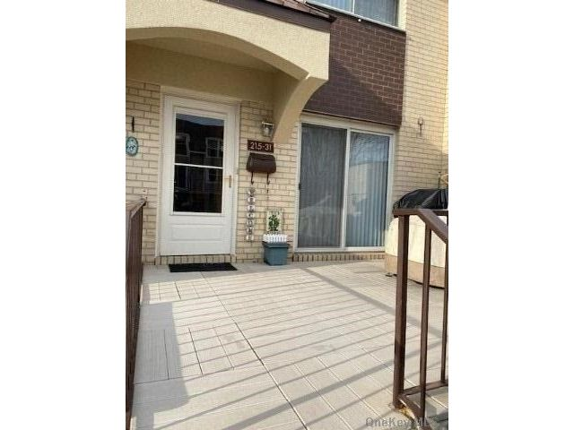 3 BR,  3.00 BTH  Townhouse style home in Bayside