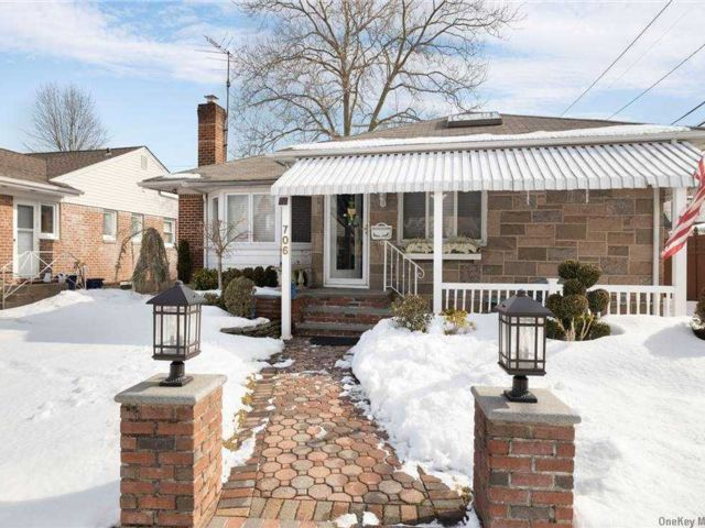 3 BR,  2.00 BTH Ranch style home in Williston Park