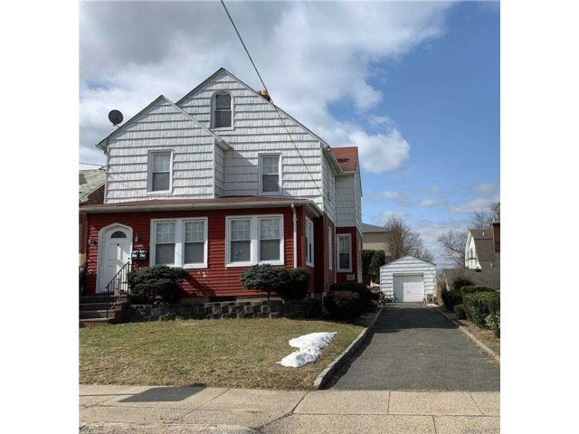 5 BR,  2.00 BTH Colonial style home in Port Washington