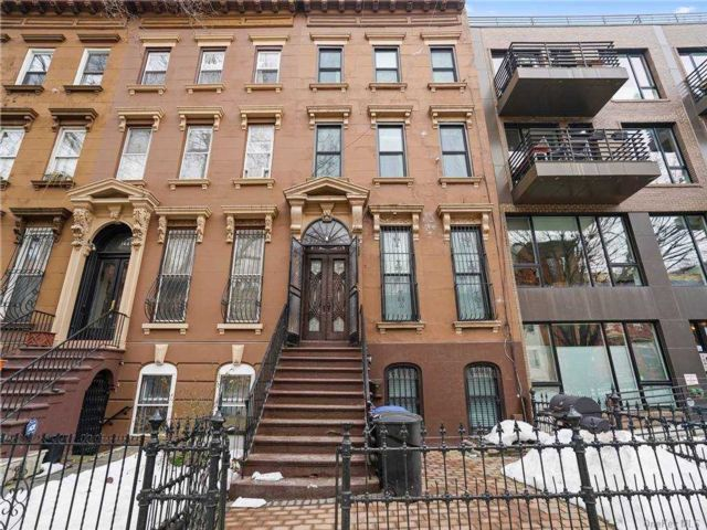 6 BR,  4.00 BTH Colonial style home in Bed-stuy