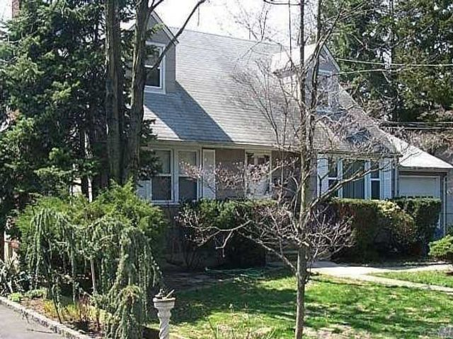 5 BR,  2.00 BTH  Cape style home in Searingtown