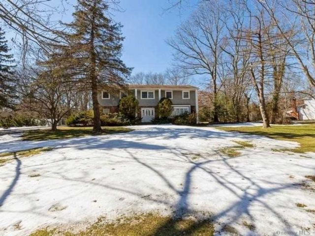 5 BR,  3.00 BTH Colonial style home in East Northport