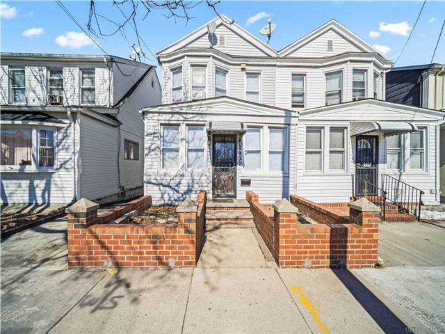 4 BR,  2.00 BTH Colonial style home in Rego Park