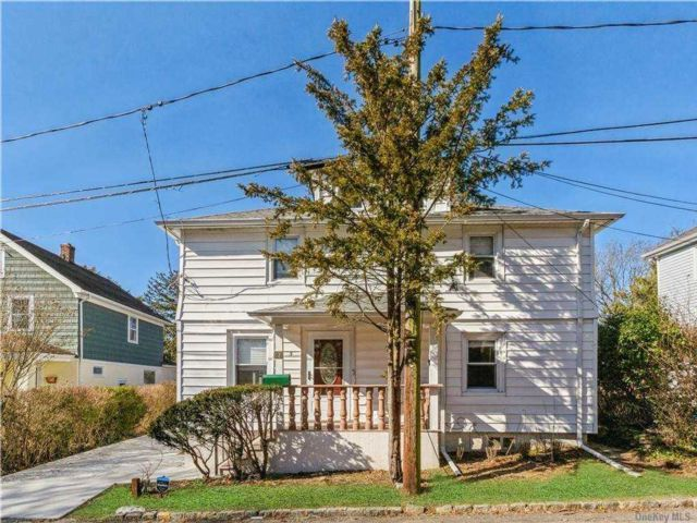 3 BR,  2.00 BTH Colonial style home in Greenvale