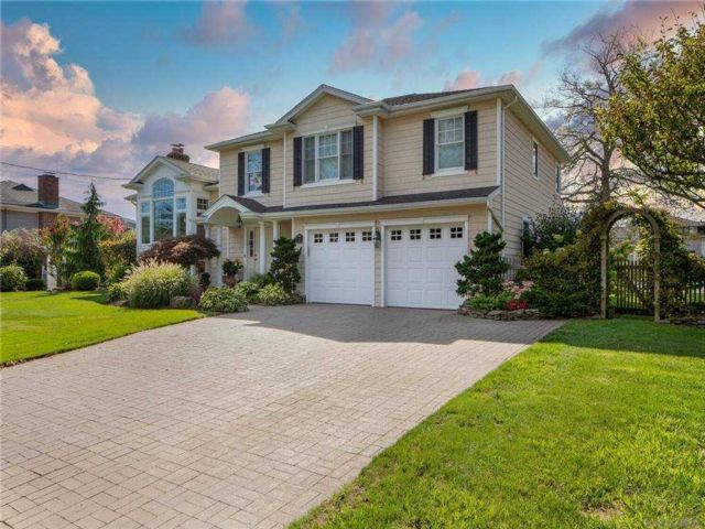 4 BR,  3.00 BTH  Split level style home in Massapequa