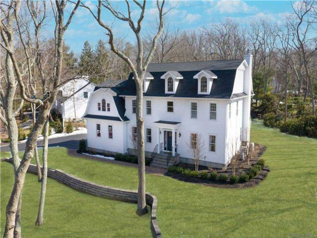 5 BR,  5.00 BTH  Colonial style home in Setauket