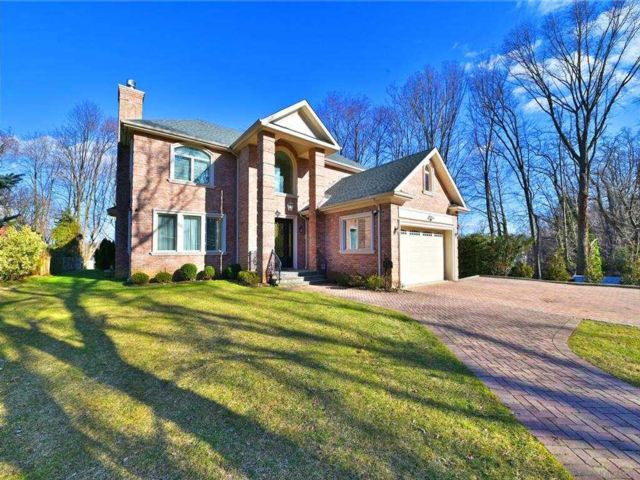 5 BR,  5.00 BTH Colonial style home in Great Neck
