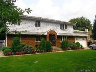 6 BR,  4.00 BTH Colonial style home in Albertson