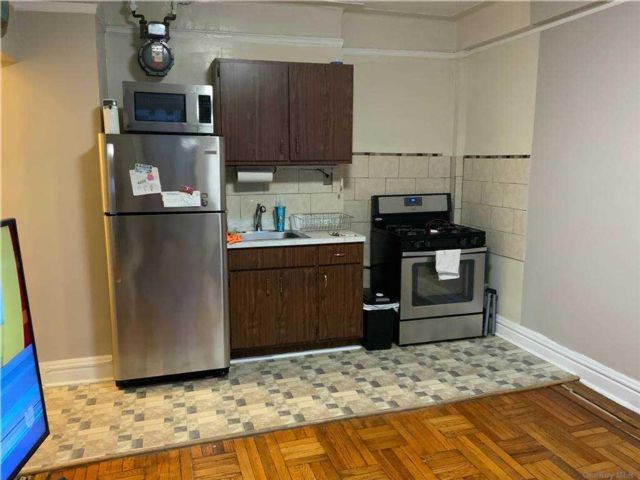 1 BR,  1.00 BTH Mid rise style home in Claremont Park