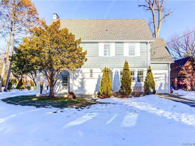 5 BR,  4.00 BTH Colonial style home in Port Washington