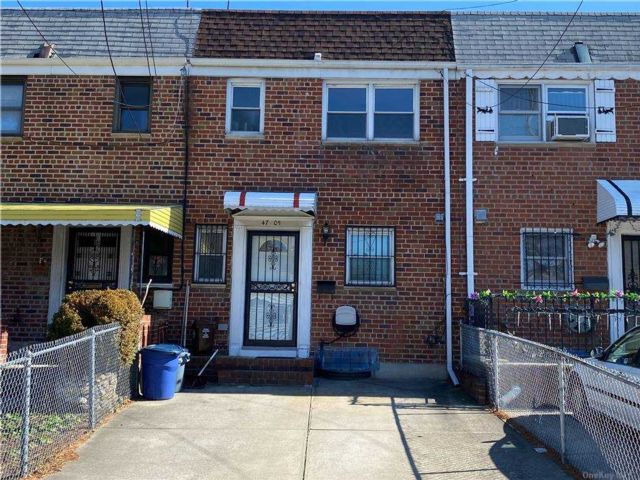 3 BR,  2.00 BTH Trilevel style home in Bayside