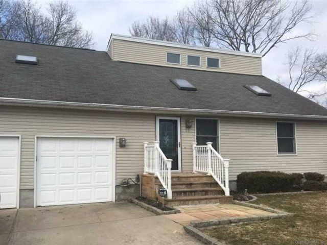 4 BR,  3.00 BTH Contemporary style home in Patchogue