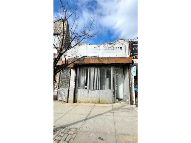 Studio,  0.00 BTH Commercial style home in Middle Village