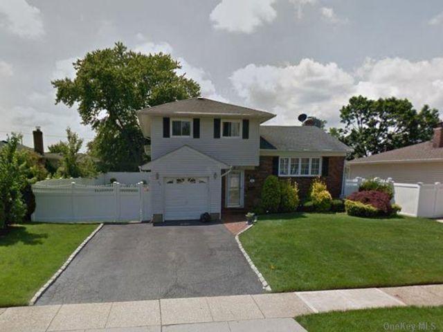 4 BR,  2.00 BTH Split level style home in Hicksville