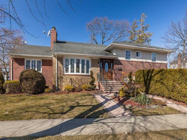 5 BR,  4.00 BTH Split level style home in Bayside