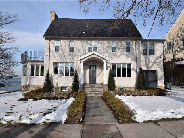 5 BR,  3.00 BTH Colonial style home in Malba