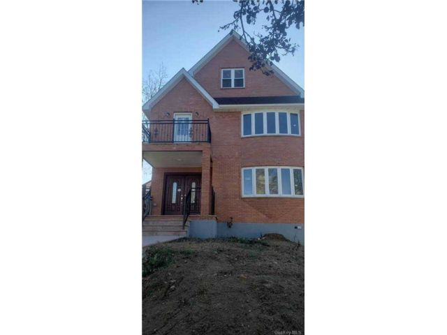 4 BR,  6.00 BTH Contemporary style home in Little Neck