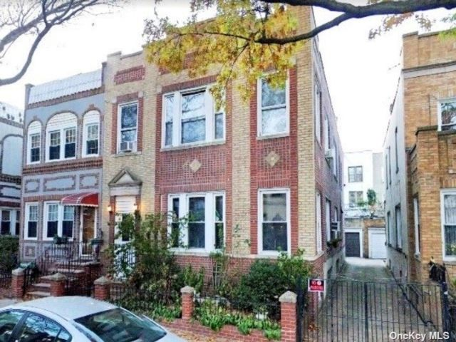 5 BR,  2.00 BTH Colonial style home in Astoria