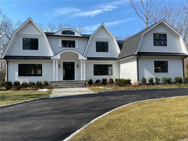 5 BR,  5.00 BTH Colonial style home in Laurel Hollow