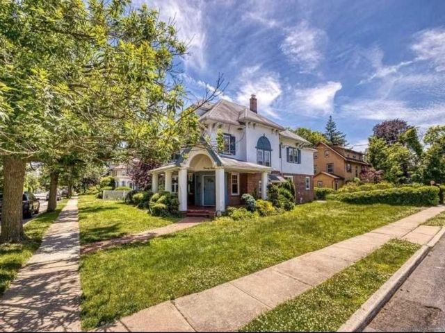 7 BR,  4.00 BTH  Colonial style home in Woodmere