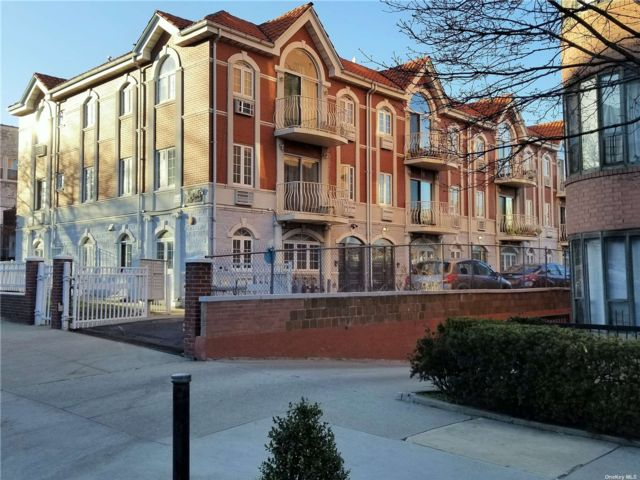 3 BR,  2.00 BTH Mid rise style home in Woodside