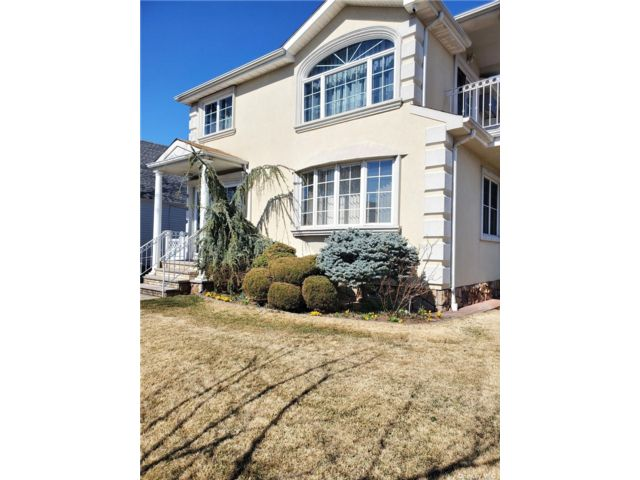 3 BR,  2.00 BTH Apt in house style home in Whitestone