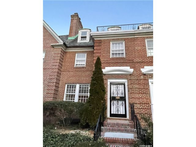 4 BR,  4.00 BTH  Colonial style home in Jackson Heights