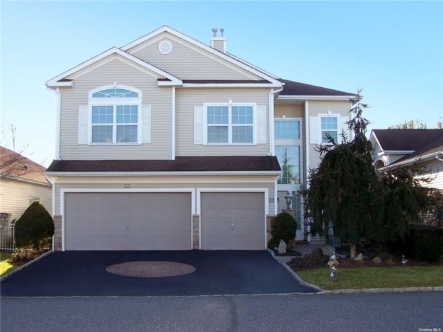 5 BR,  3.00 BTH Townhouse style home in Mt. Sinai