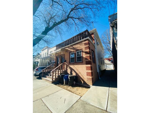 5 BR,  5.00 BTH Colonial style home in Woodhaven