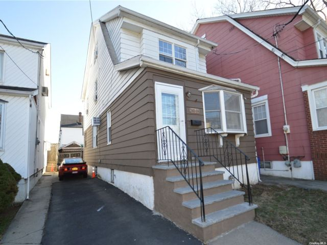 4 BR,  2.00 BTH  Colonial style home in Bellerose