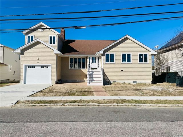 5 BR,  3.00 BTH 2 story style home in East Rockaway