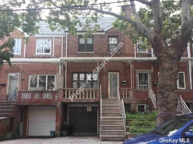 3 BR,  2.00 BTH Trilevel style home in Rego Park