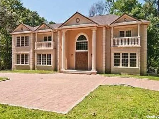 6 BR,  5.00 BTH Colonial style home in Sands Point