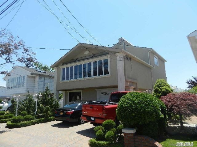 5 BR,  4.00 BTH Colonial style home in Howard Beach