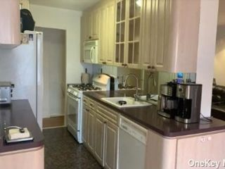 3 BR,  2.00 BTH  Apt in bldg style home in Howard Beach