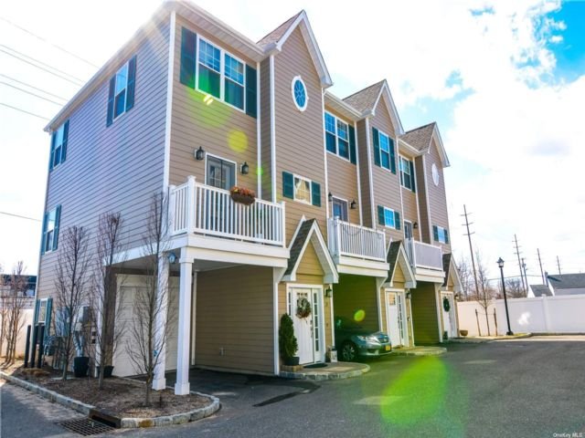 2 BR,  3.00 BTH Townhouse style home in Farmingdale