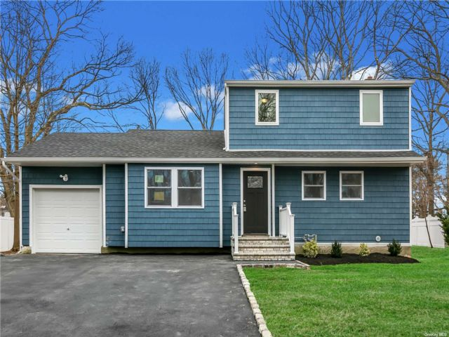 4 BR,  2.00 BTH Colonial style home in Commack