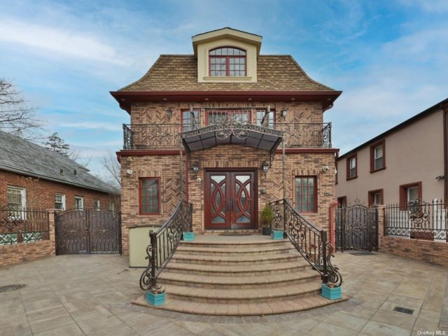 6 BR,  4.00 BTH Colonial style home in Jamaica Estates
