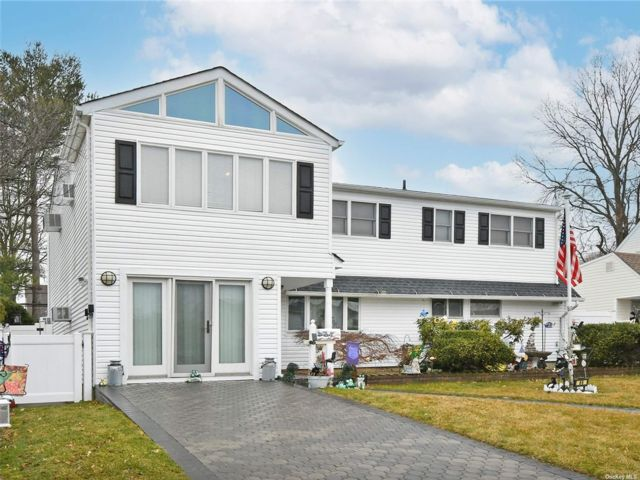 5 BR,  2.00 BTH Colonial style home in Levittown