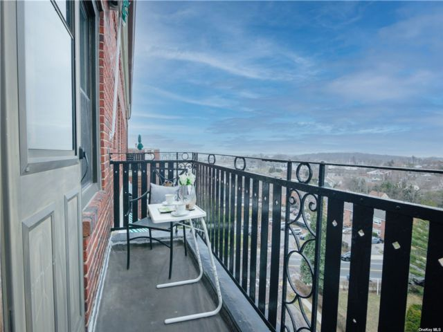3 BR,  2.00 BTH  High rise style home in New Rochelle