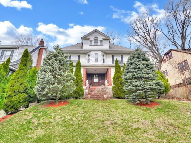 6 BR,  5.00 BTH Colonial style home in Richmond Hill